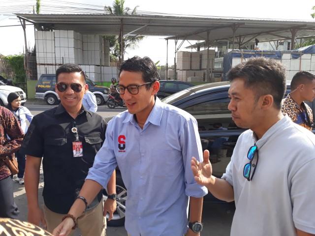 Sandiaga Uno Salurkan Beasiswa Rp 25 Juta untuk Yatim Piatu Terdampak Pandemi (851140)
