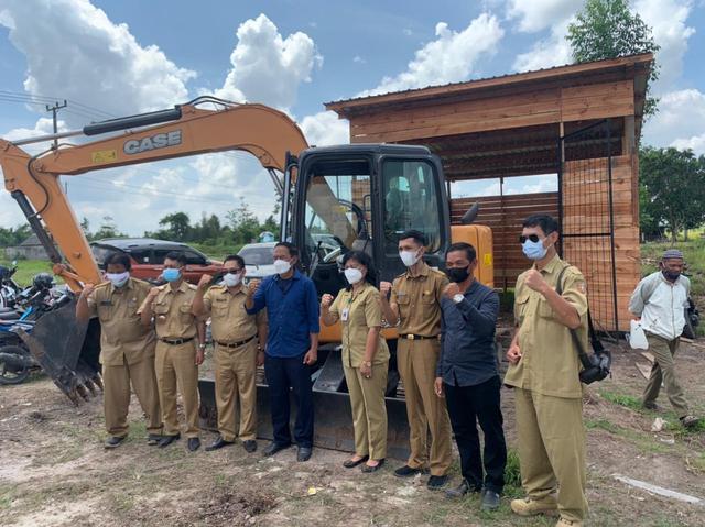 Pokdakan Fajar Mandiri Raja Seberang Terima Bantuan Excavator  (58233)