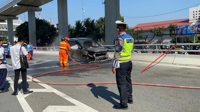 Mobil Terbakar di Tol Dalam Kota, Api Berkobar di Kap Mesin (696448)