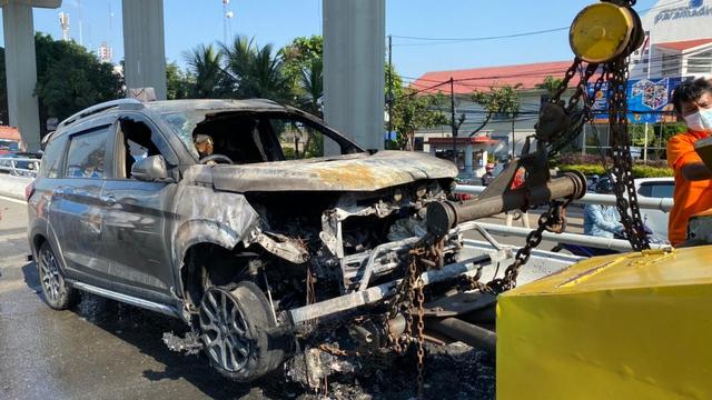 Mobil Terbakar di Tol Dalam Kota, Api Berkobar di Kap Mesin (696449)