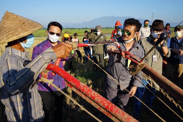 Manfaatkan Alsintan, Panen Raya Petani di Bandung Melonjak Drastis (309993)