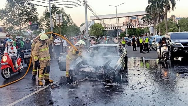 Ford Mustang 1966 Terbakar Dekat Mal Pondok Indah, Kerugian Capai Rp 2 Miliar (9405)