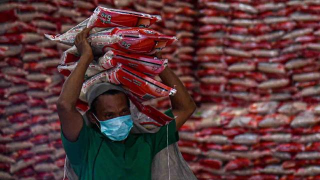 Foto: Pemerintah Salurkan Beras untuk 952 Ribu Warga Terdampak PPKM di Sumut (1071999)