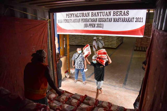 Foto: Pemerintah Salurkan Beras untuk 952 Ribu Warga Terdampak PPKM di Sumut (1072001)
