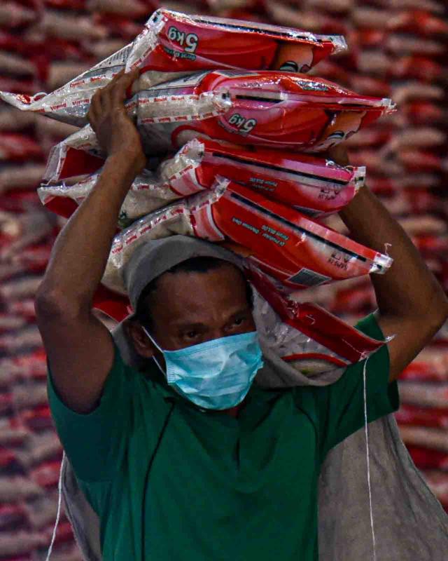 Foto: Pemerintah Salurkan Beras untuk 952 Ribu Warga Terdampak PPKM di Sumut (1072002)