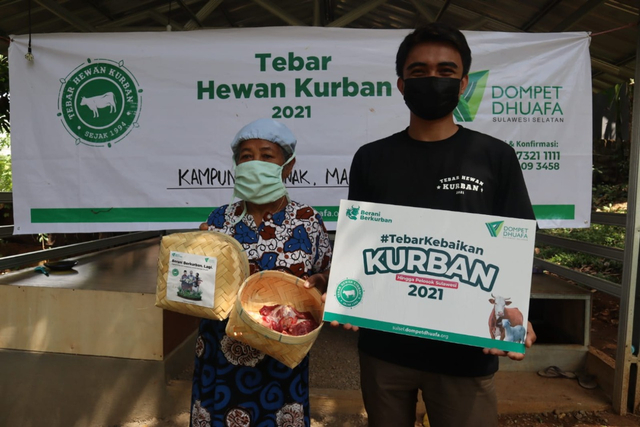 OJK Regional Makassar Bersinergi Bersama Dompet Dhuafa Sulsel Salurkan Kurban (1098061)