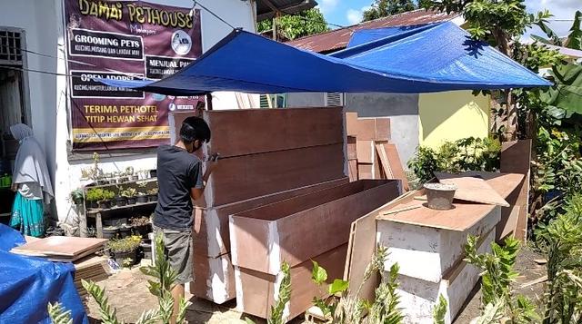 Turun Omset dan PHK, Sejumlah Pemuda di Jambi Produksi Peti Jenazah COVID-19 (346365)