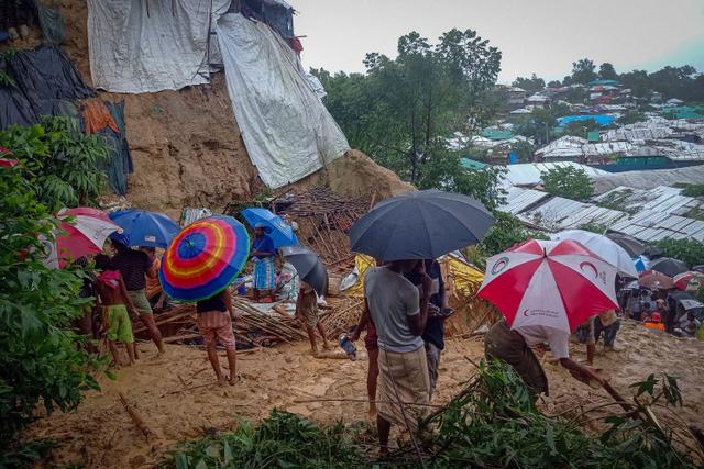 Tanah Longsor di Kamp Pengungsian, 6 Warga Rohingya Tewas (170829)