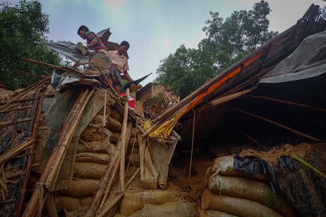Tanah Longsor di Kamp Pengungsian, 6 Warga Rohingya Tewas (170830)