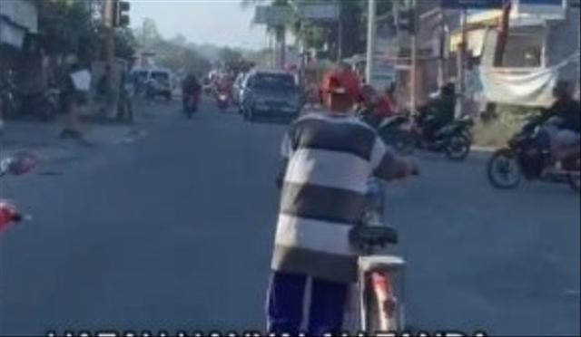Viral Kakek Bersepeda Taat Lampu Merah, Para Pemotor Malah Main Terobos (96947)