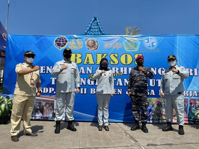 Kemenhub, Korps Marinir AL, dan Jasa Raharja Berikan Bansos untuk Warga Merak (21200)