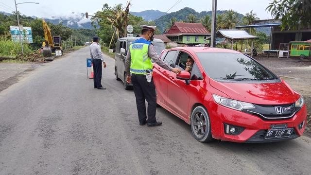 PPKM Level 3, Polisi Kembali Lakukan Penyekatan di Perbatasan Sulbar-Sulsel (791705)