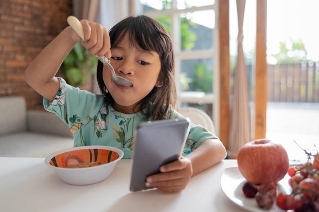 Bahaya Membiarkan Anak Makan Sambil Pegang Gadget (22918)