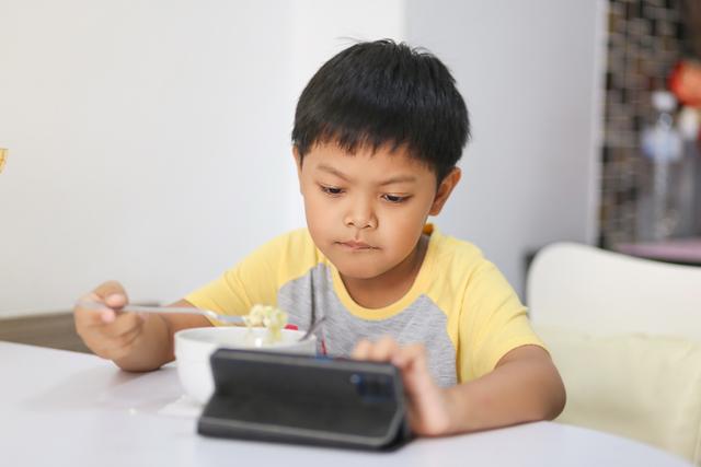 Bahaya Membiarkan Anak Makan Sambil Pegang Gadget (22919)