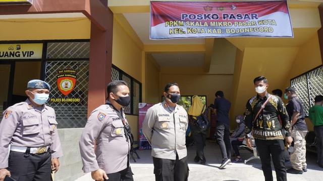 Polisi Bojonegoro Dirikan Posko PPKM di Pasar Tradisional (957158)