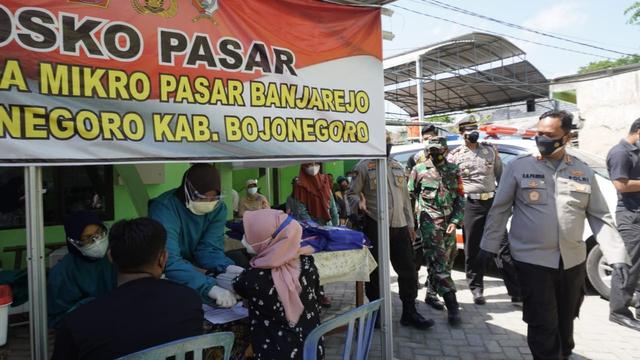 Polisi Bojonegoro Dirikan Posko PPKM di Pasar Tradisional (957159)
