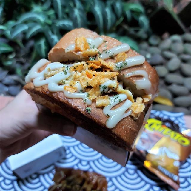 Menikmati Roti Panggang Topping Keripik Kentang, Gurih nan Renyah! (50510)