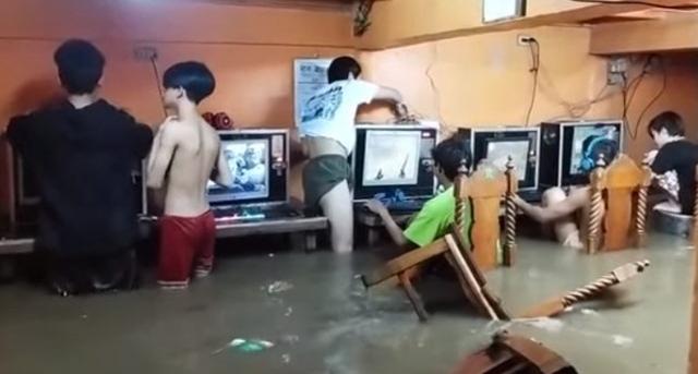 Sekelompok Remaja Tetap Santai Lanjut Main Game di Warnet Meski Kebanjiran (33313)