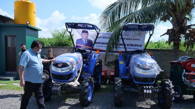 Rachmat Gobel Bagikan Traktor, Ventilator & Beras Bervitamin di Gorontalo (99281)