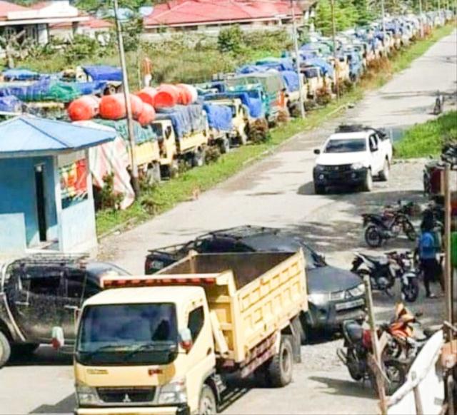 Massa Erdi Dabi Buka Palang Jalan Trans Papua Elelim-Wamena (18408)