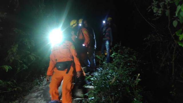 Video: Suasana Evakuasi Warga Kelelahan di Hutan Gle Taron Aceh Besar Malam Hari (270704)