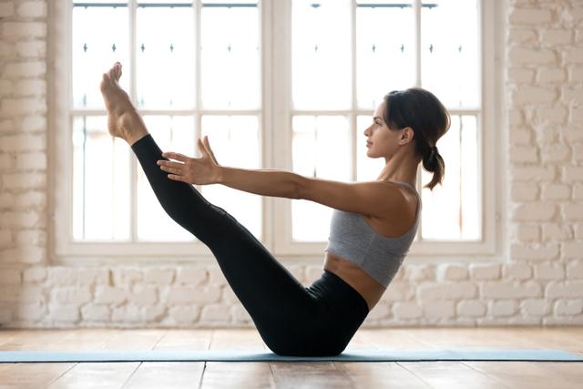 3 Pose Yoga yang Bisa Membantu Menurunkan Berat Badan (82815)