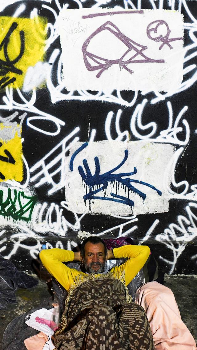 Foto: Nestapa Tunawisma di Brasil saat Berjuang Tidur di Tengah Musim Dingin (333005)