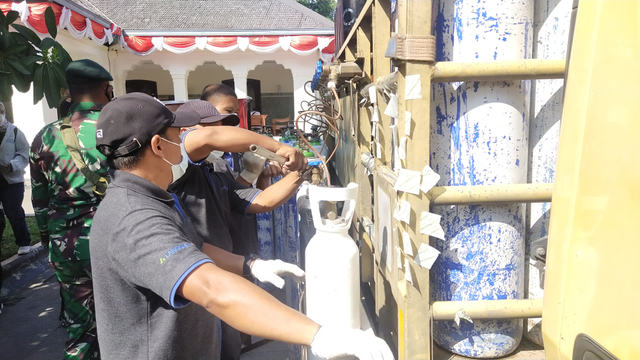 Foto Pengisian Oksigen Gratis di Rumah DinasWali Kota Solo, Gibran Rakabuming (173699)