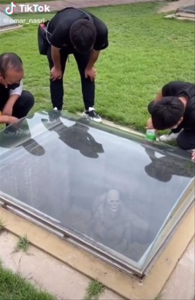 Ada Kuburan Manusia yang Transparan, Bikin Merinding Lihat Isinya  (168259)