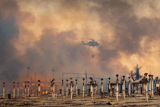 Foto: Kebakaran Hanguskan Pantai Pantai Le Capannine di Italia (571940)