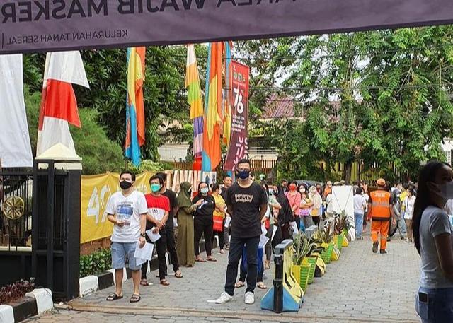 Potret Vaksinasi Gratis untuk 1.000 Warga Jakarta yang Digelar Ivan Gunawan (903009)