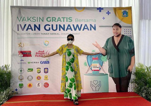 Potret Vaksinasi Gratis untuk 1.000 Warga Jakarta yang Digelar Ivan Gunawan (903011)