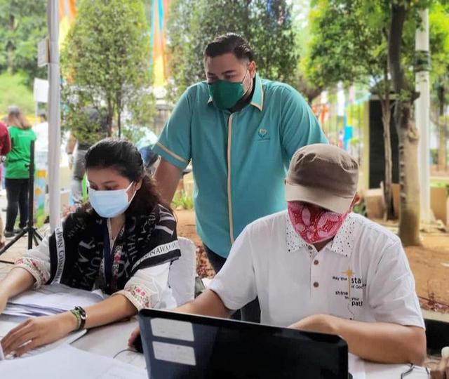 Potret Vaksinasi Gratis untuk 1.000 Warga Jakarta yang Digelar Ivan Gunawan (903013)