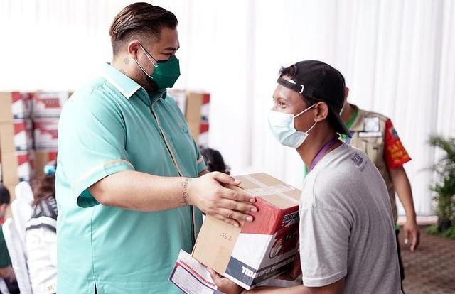 Potret Vaksinasi Gratis untuk 1.000 Warga Jakarta yang Digelar Ivan Gunawan (903014)