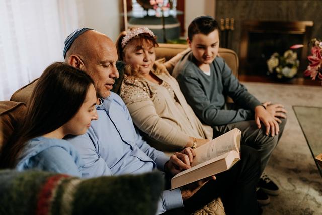 5 Zodiak Cowok Ini Sayang Banget sama Keluarga, Tipikal Suami Idaman (209943)