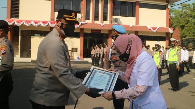 Kapolres Bojonegoro Beri Penghargaan pada Tenaga Kesehatan COVID-19 (142934)
