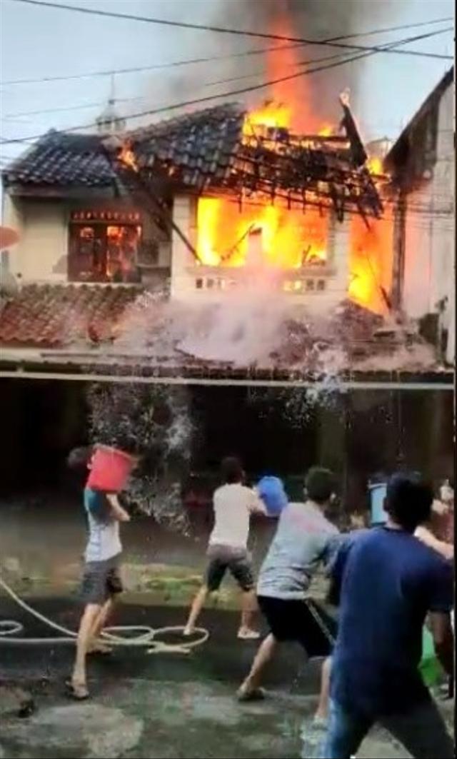 Warga Berjibaku Padamkan Api Saat Kebakaran, Pria Ember Merah Malah Bikin Emosi (6880)