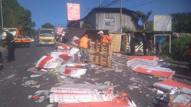 Truk Bermuatan Keramik Terguling di Jalan Raya Puncak, Satu Orang Tewas (95664)