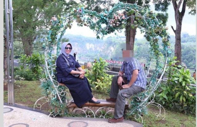 Setelah Foto di Kamar, Beredar Pula Foto Mirip Wako Rahma Duduk di Taman Berdua (98924)