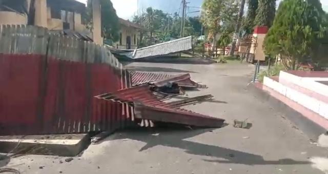 Senjata Api dan Motor Ikut Dibakar Saat Amuk Massa di Polsek Nimboran Jayapura (783267)