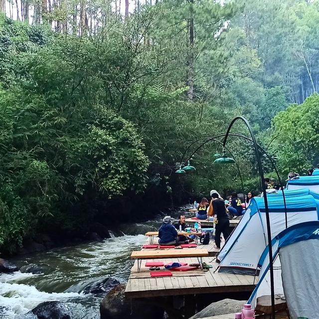 Ramai Wisatawan saat PPKM, Perkemahan Viral di Bandung Dibongkar Satgas COVID-19 (961797)