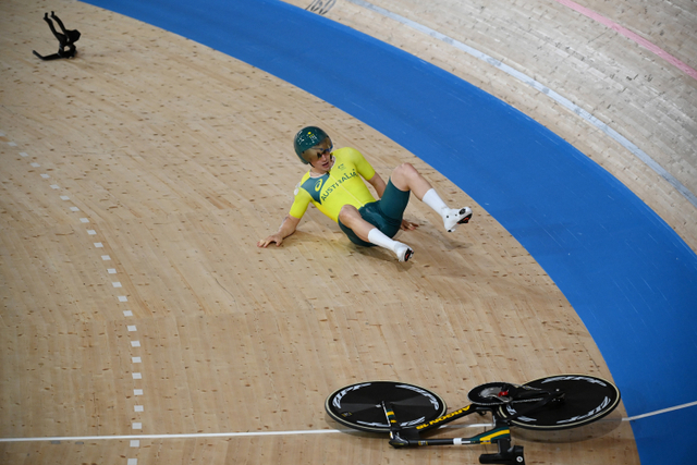 Atlet Sepeda Ini Sial Betul: Setang Copot, Tersungkur & Gagal Dapat Emas (170058)