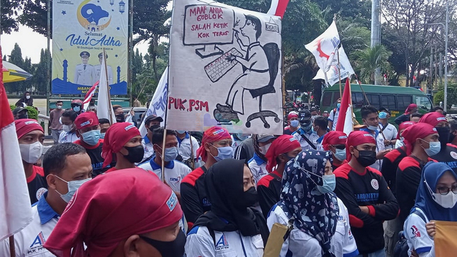 Gelar Unjuk Rasa, Puluhan Buruh Segel Kantor DPMPTSP dan Naker Tuban (144546)