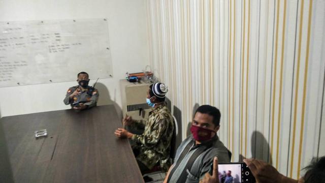 Tampang Pria Pemberi Wafer Isi Silet ke Anak di Jember saat Diperiksa Polisi (25990)