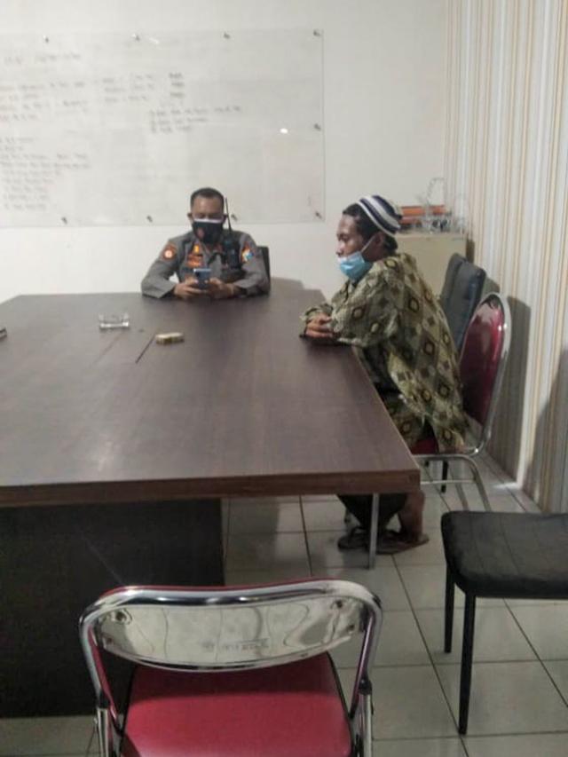 Tampang Pria Pemberi Wafer Isi Silet ke Anak di Jember saat Diperiksa Polisi (25988)