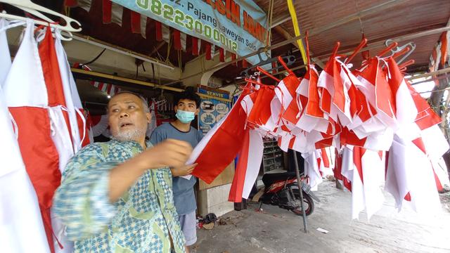 FOTO: Kesibukan Kakek Penjahit Bendera Jelang Peringatan Hari Kemerdekaan (336348)