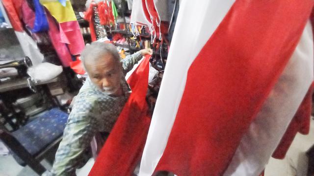 FOTO: Kesibukan Kakek Penjahit Bendera Jelang Peringatan Hari Kemerdekaan (336349)