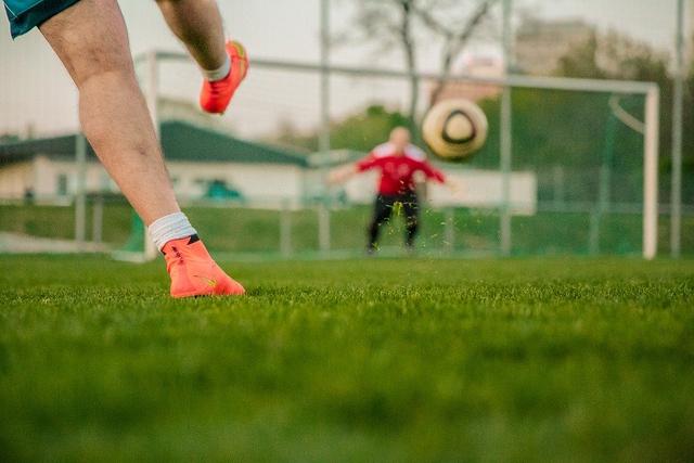 Cara Menendang Bola dalam Permainan Sepak Bola (159179)