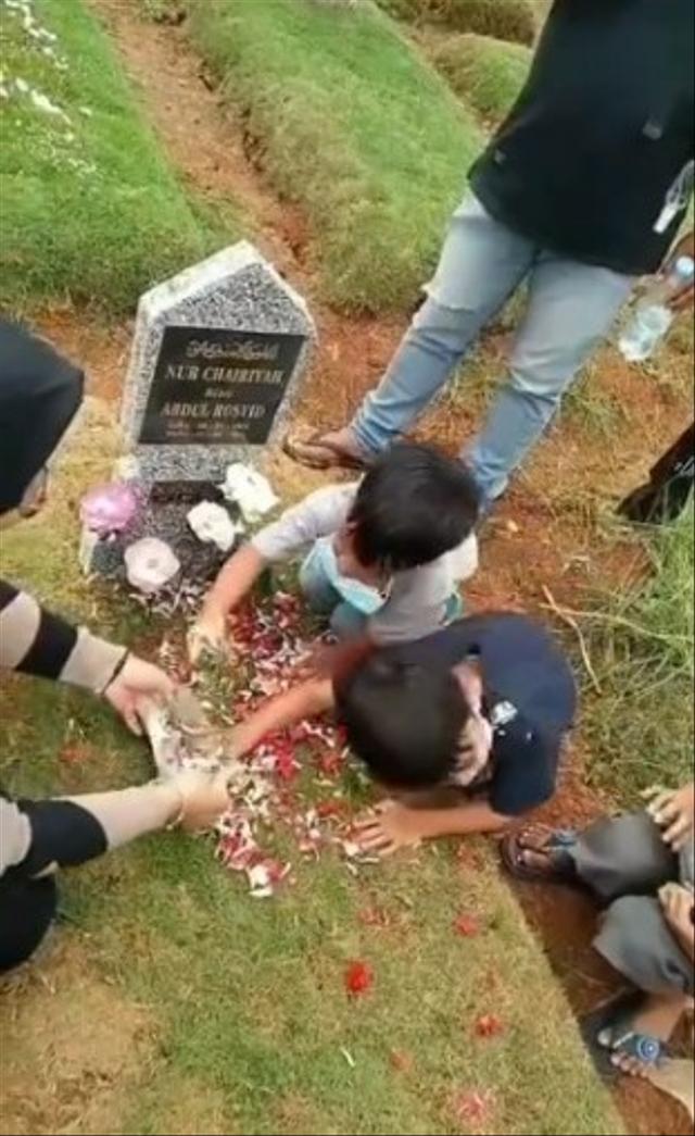 Mama Lagi Ngapain? Dialog 2 Bocah Ngajak Bicara Makam Ibunya Bikin Netizen Sedih (58730)