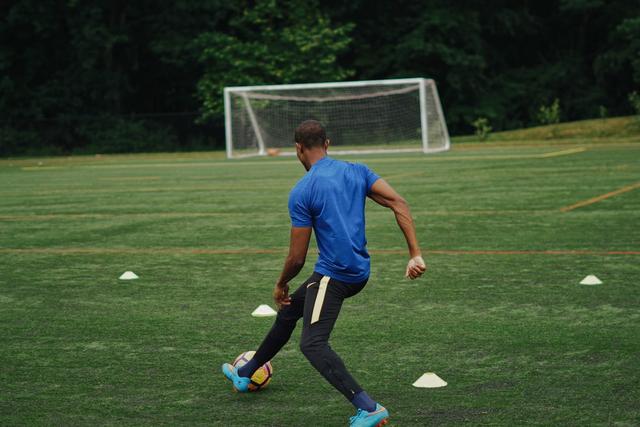 Gerakan Menendang Bola secara Terputus-Putus dalam Sepak Bola (317517)